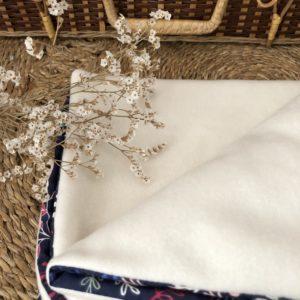 Couverture bébé polaire bio bleu fleuri 2 -Anna et Jade